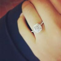 anillos-de-compromiso-con-diamantes-en-el-dedo